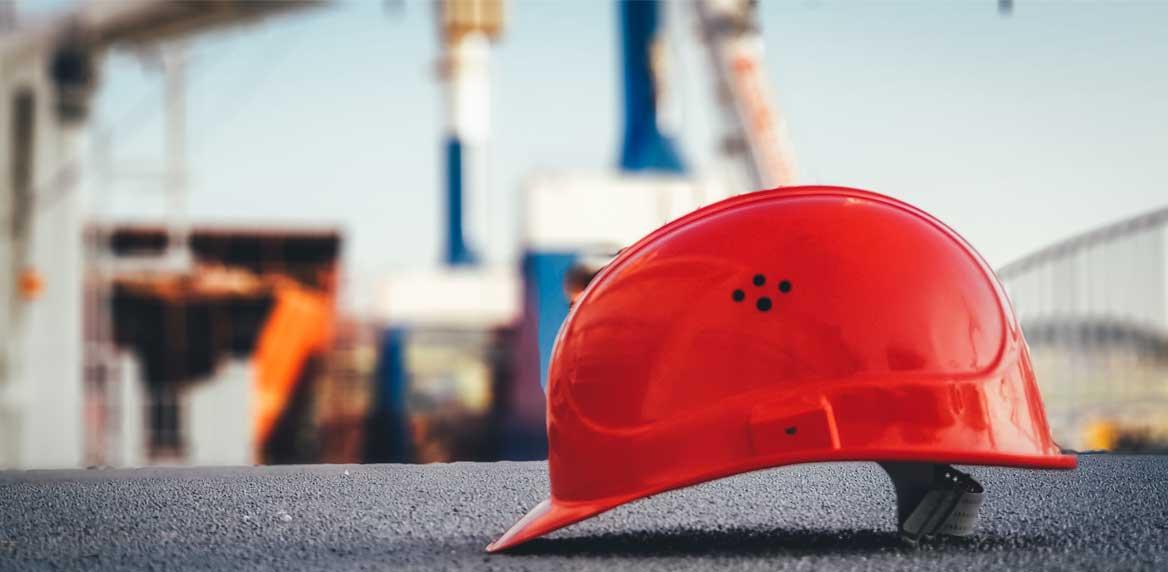 Roter Bauarbeiterhelm