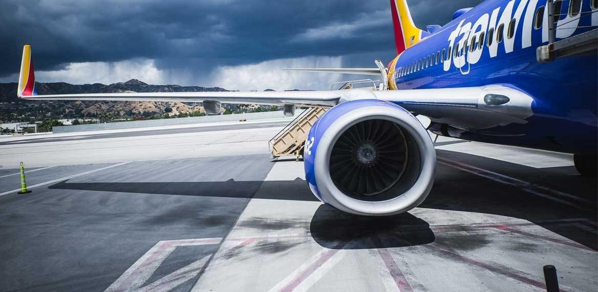 Flugzeug steht auf dem Flughafen