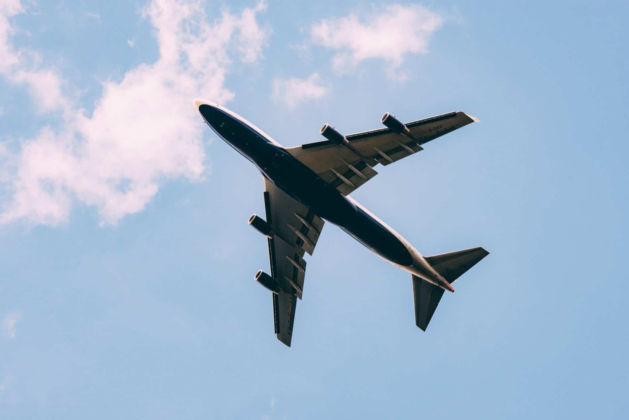 Flugzeug von unten in der Luft